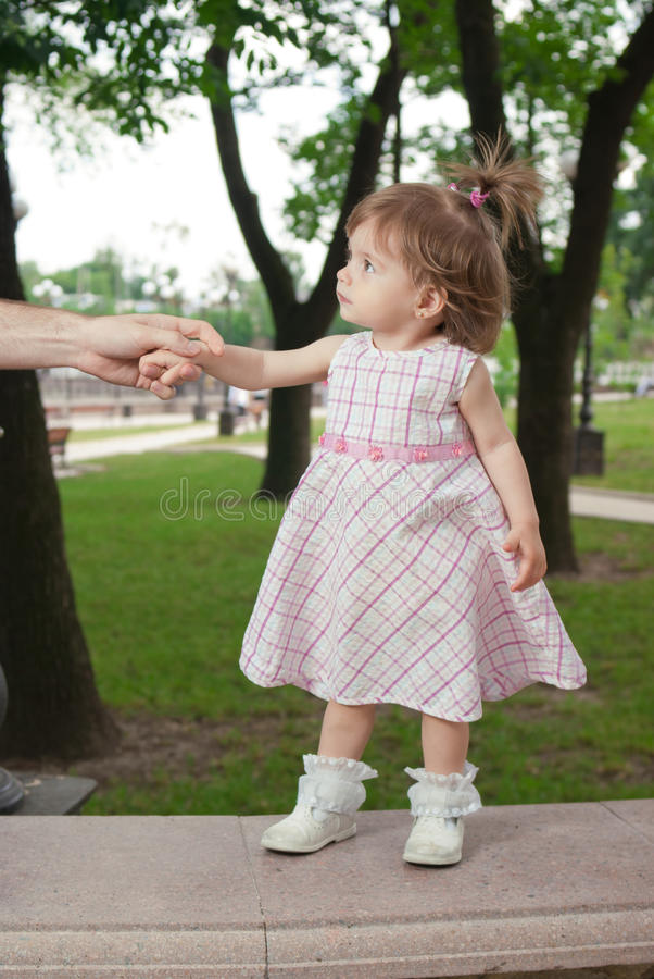 Bambina in sosta fotografie stock