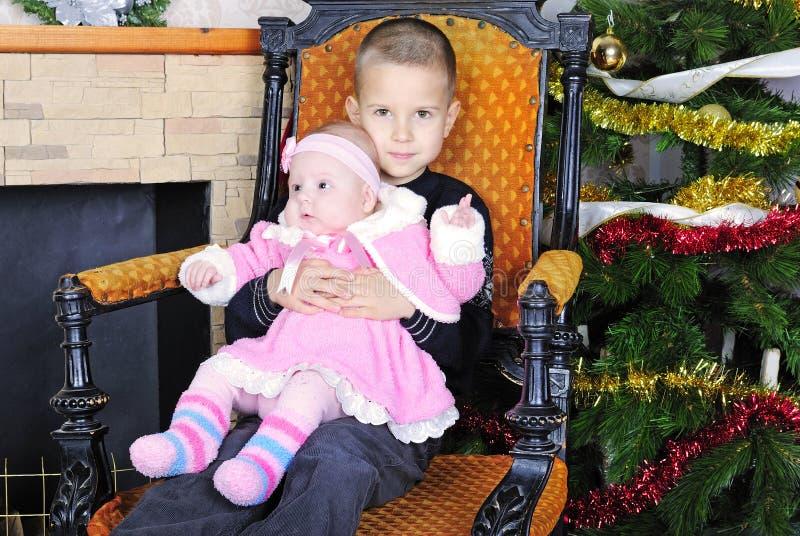 bambina sotto l'albero di Natale fotografia stock