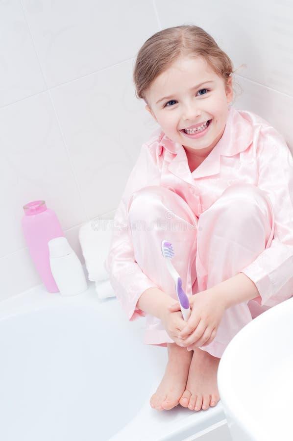 Bambina in stanza da bagno fotografia stock