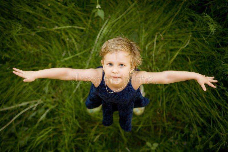 Bambina su un'erba fotografie stock libere da diritti
