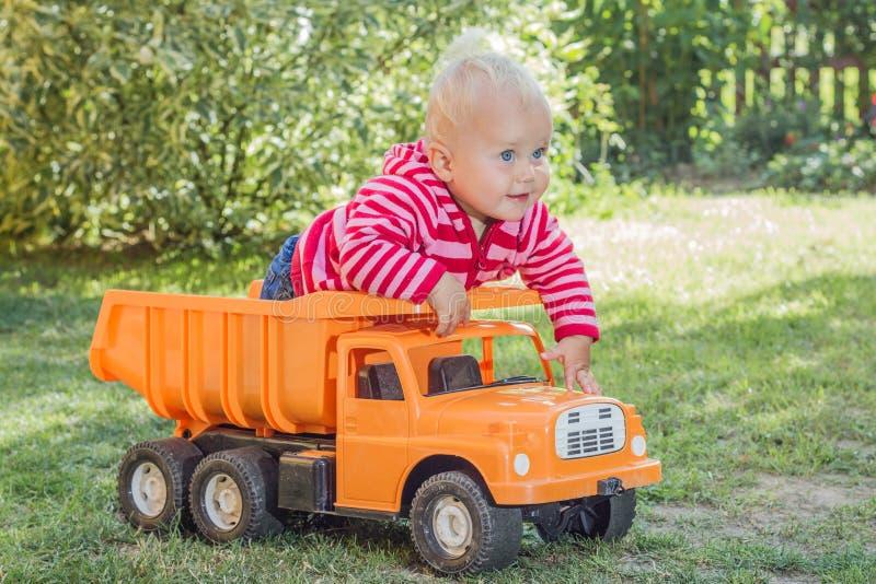 Bambina in sua automobile fotografia stock
