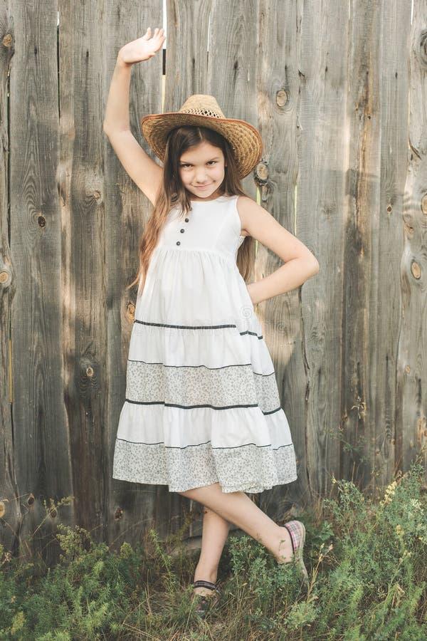 Bambina sui precedenti di legno del recinto fotografie stock libere da diritti