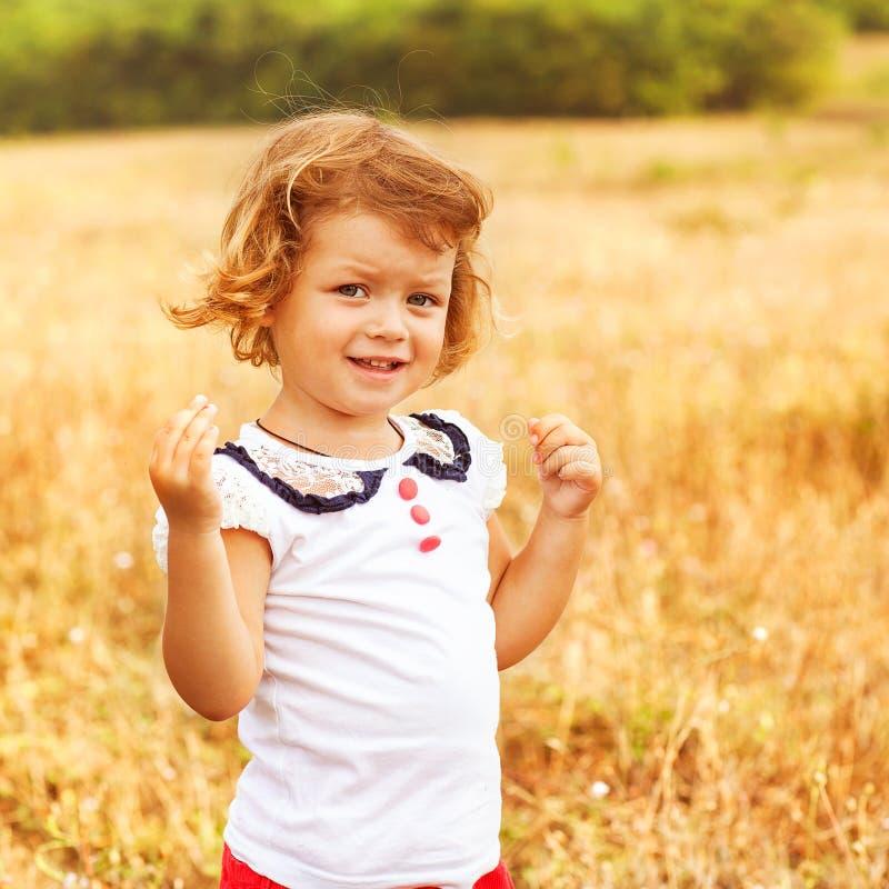 Bambina sul campo fotografia stock