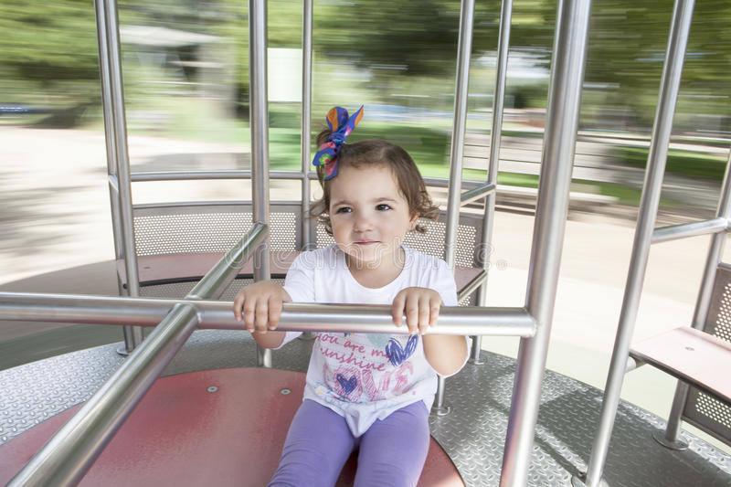Bambina sul caruosel del metallo immagini stock libere da diritti