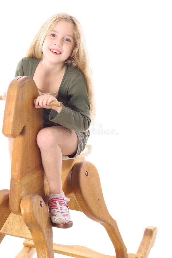 Bambina sul cavallo di oscillazione fotografia stock