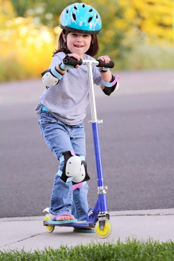Bambina sul motorino del pattino immagine stock libera da diritti