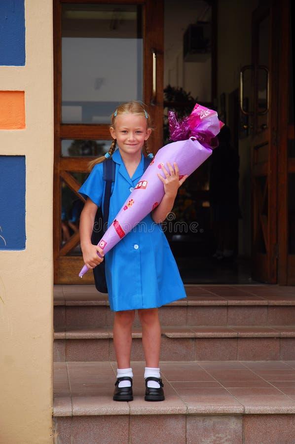 Bambina sul primo giorno di scuola immagine stock