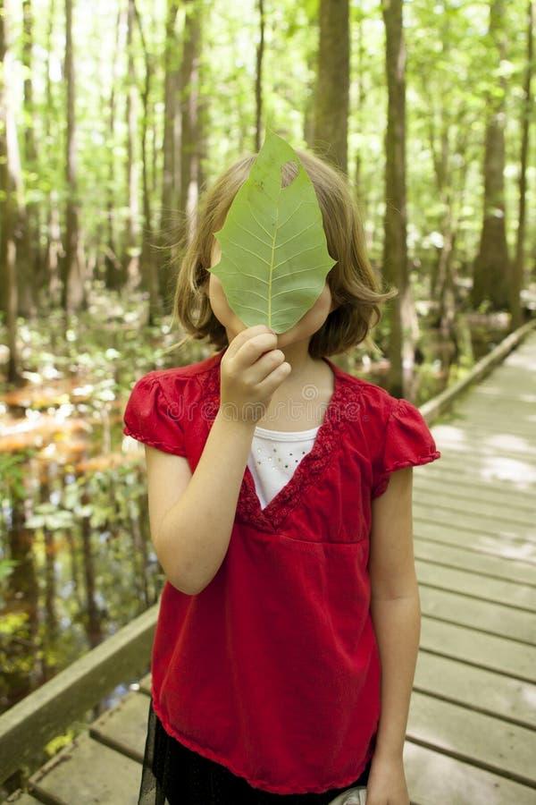 Bambina sull'escursione immagini stock