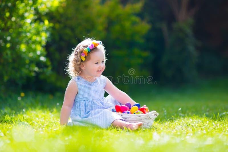 Bambina sulla caccia dell'uovo di Pasqua fotografia stock libera da diritti