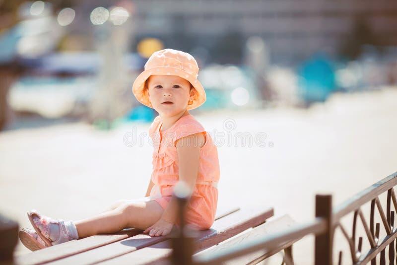 Bambina sulla passeggiata di estate all'aperto immagine stock libera da diritti