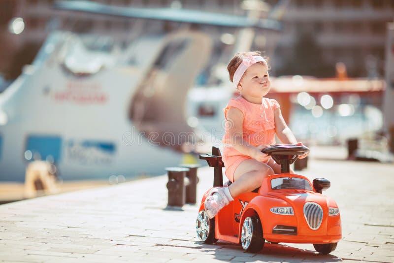 Bambina sulla passeggiata di estate all'aperto fotografie stock
