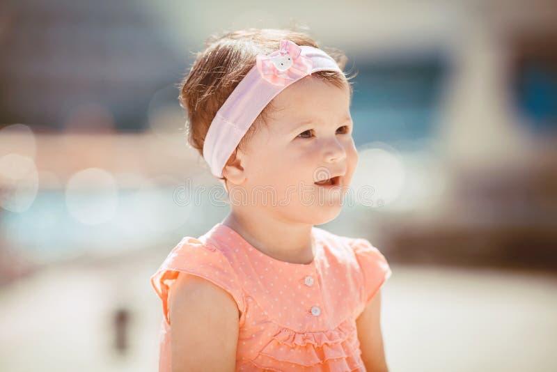 Bambina sulla passeggiata di estate all'aperto fotografia stock libera da diritti