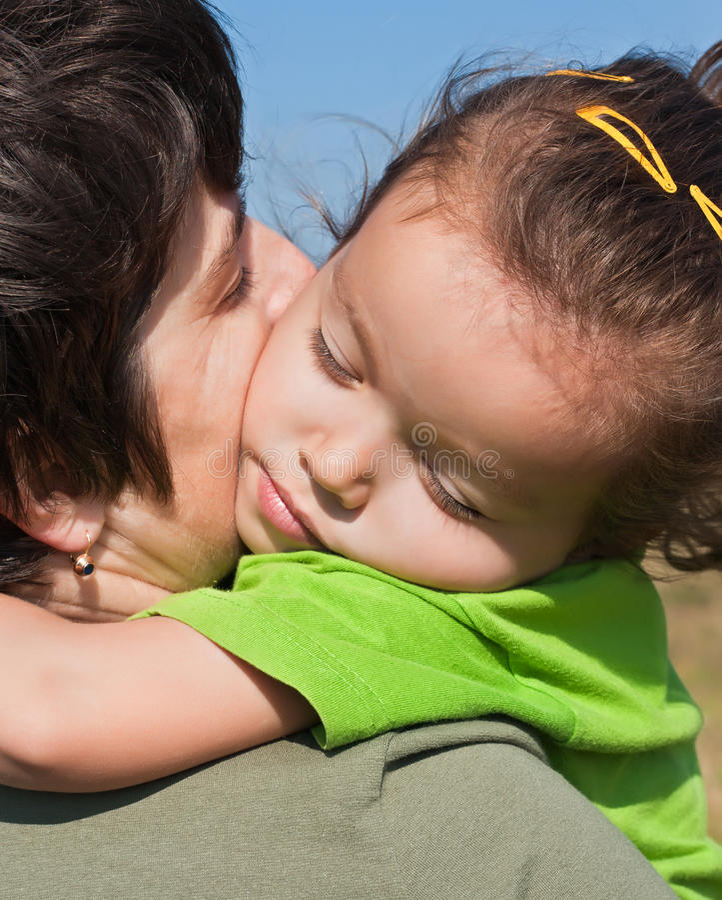 Bambina sulla spalla della sua madre immagine stock libera da diritti