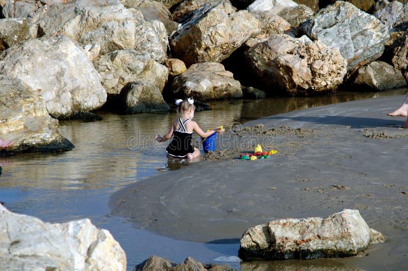 Download Bambina sulla spiaggia fotografia stock. Immagine di giocattoli - 214296