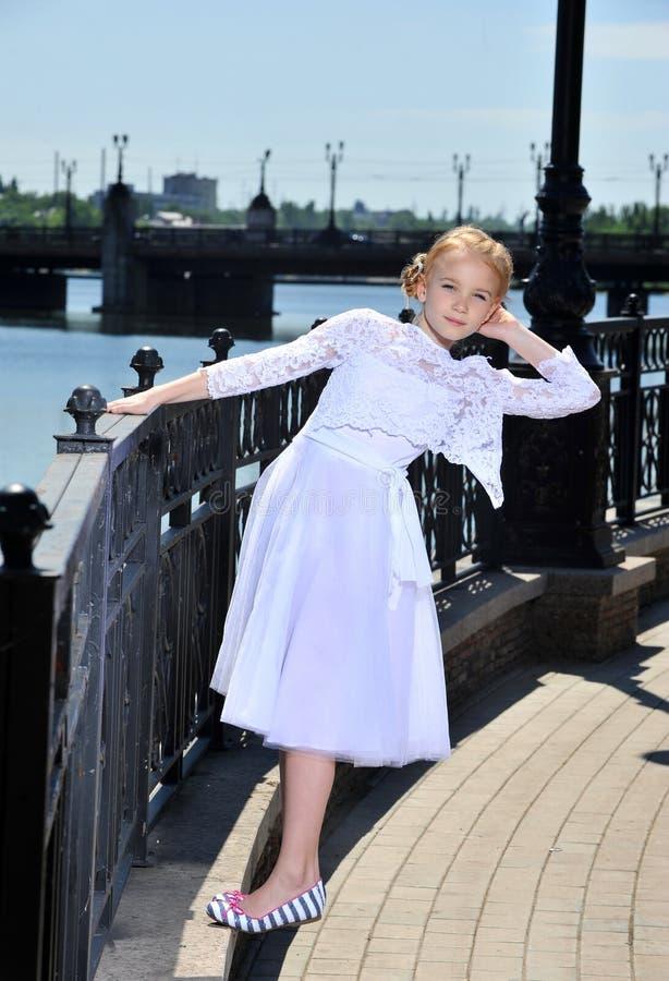 Bambina sulla via fotografia stock