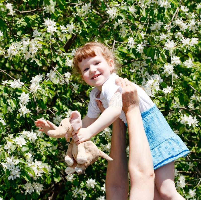 Bambina sulle mani del suo padre fotografia stock libera da diritti