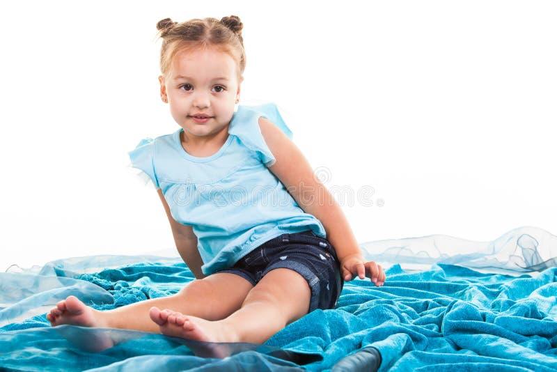 Bambina sveglia in blu fotografia stock