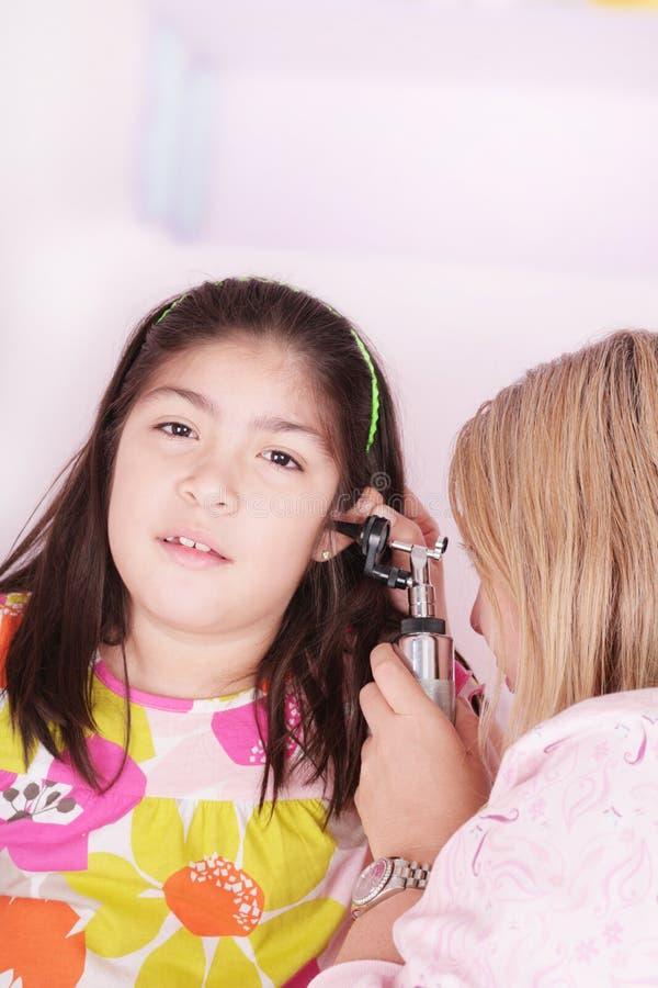 Bambina sveglia che assiste ad un controllo medico fotografia stock libera da diritti