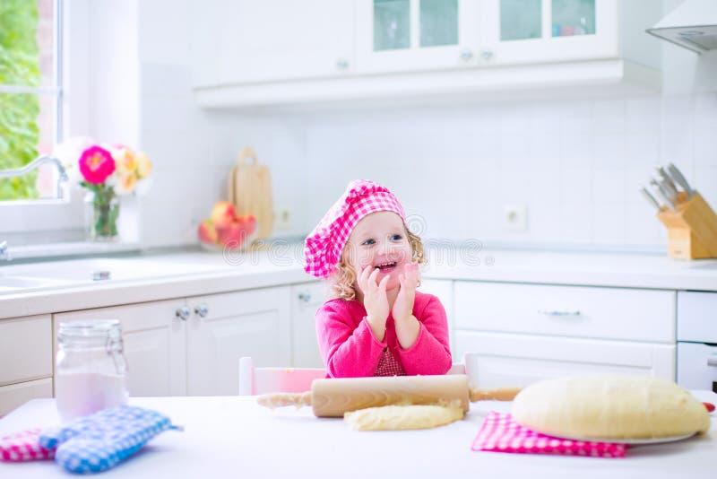 Bambina sveglia che cuoce una torta immagine stock libera da diritti