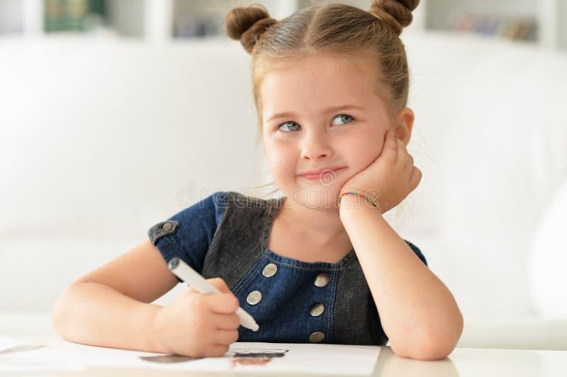 Bambina sveglia che pensa a qualcosa immagine stock libera da diritti