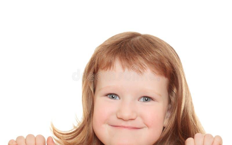 Bambina sveglia che si appoggia su un tabellone per le affissioni fotografie stock