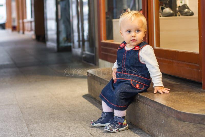Bambina sveglia che si siede sulla scala immagine stock libera da diritti
