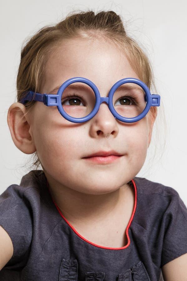Bambina sveglia che sorride con il blu fotografia stock libera da diritti