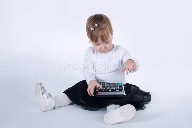 Bambina sveglia con il calcolatore immagini stock libere da diritti
