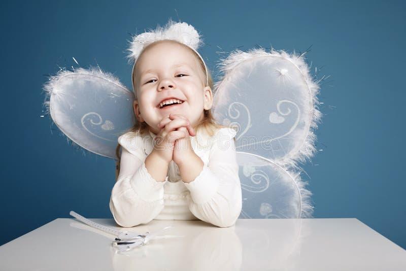 Bambina sveglia con il costume della farfalla fotografie stock libere da diritti
