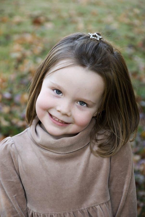 Bambina sveglia con il grande sorriso fotografia stock