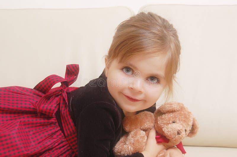 Bambina sveglia con l'orso di orsacchiotto fotografie stock libere da diritti