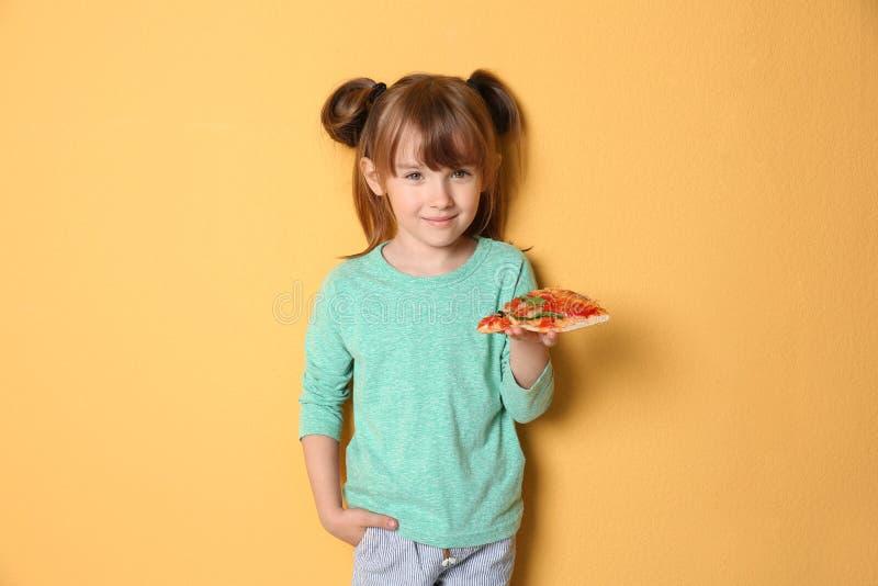 Bambina sveglia con la fetta di pizza fotografie stock