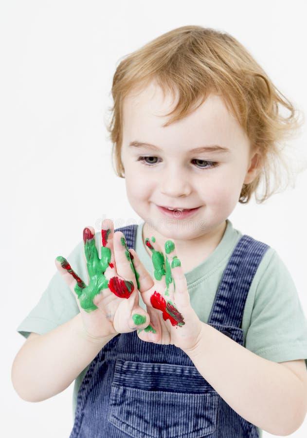 Bambina sveglia con la pittura del dito fotografia stock libera da diritti
