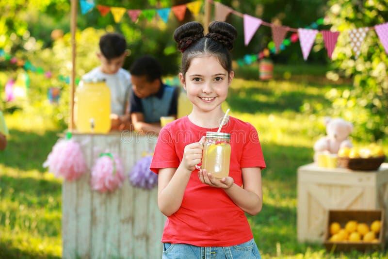 Bambina sveglia con limonata naturale Bevanda di rinfresco di estate fotografia stock libera da diritti
