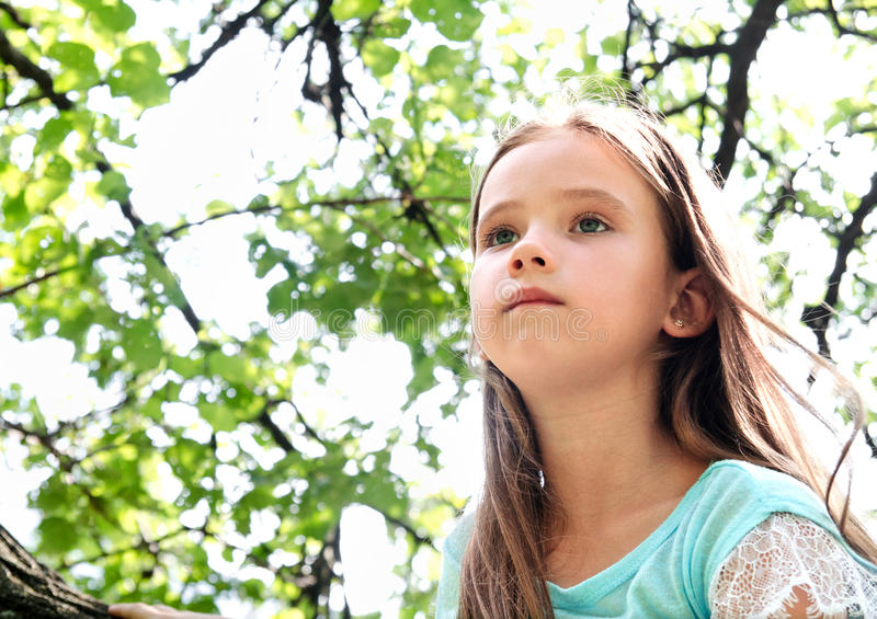 Bambina sveglia nel distogliere lo sguardo nel giorno di estate fotografia stock