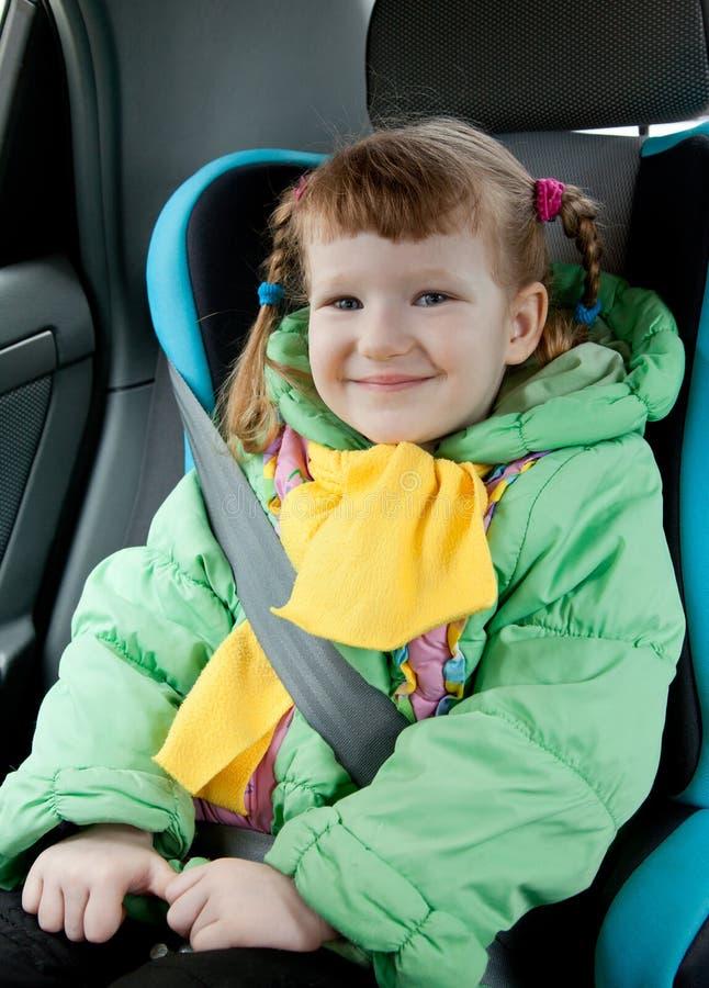 Bambina sveglia nell'automobile fotografia stock