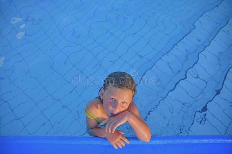 Bambina sveglia nella piscina pubblica Ritratto di piccola ragazza sveglia nella piscina Giorno di estate pieno di sole Estate e  fotografia stock libera da diritti