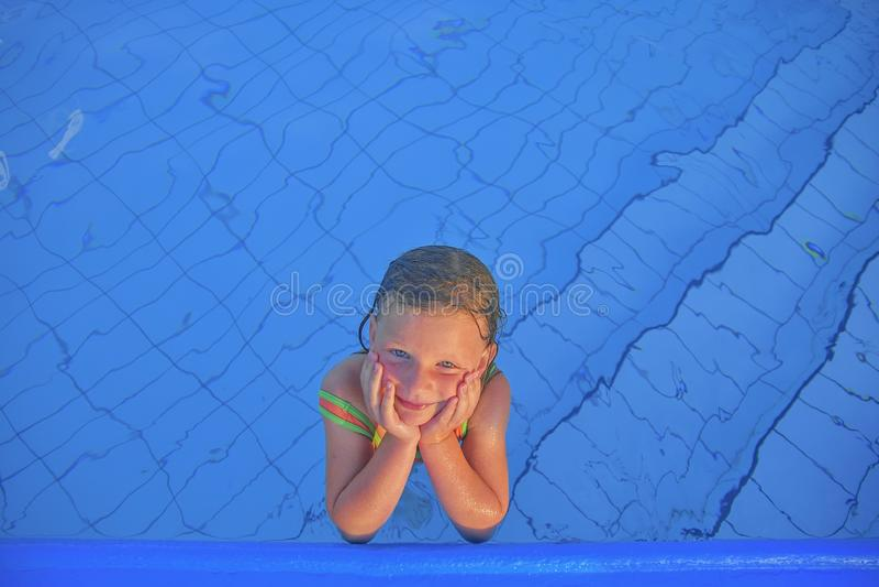 Bambina sveglia nella piscina pubblica Ritratto di piccola ragazza sveglia nella piscina Giorno di estate pieno di sole Estate e  immagine stock