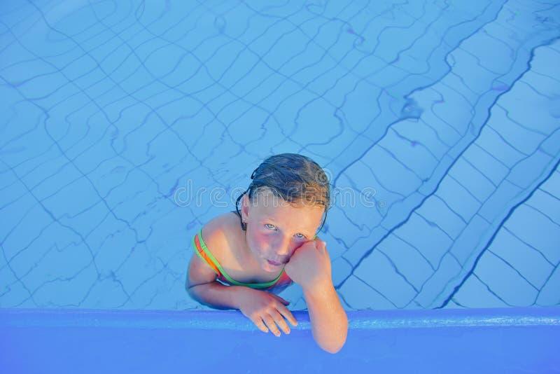 Bambina sveglia nella piscina Ritratto di piccola ragazza sveglia nella piscina Giorno di estate pieno di sole Estate e chil feli immagine stock libera da diritti