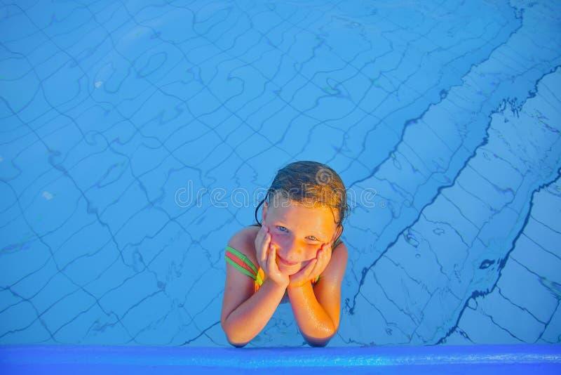 Bambina sveglia nella piscina Ritratto di piccola ragazza sveglia nella piscina Giorno di estate pieno di sole Estate e chil feli fotografia stock libera da diritti