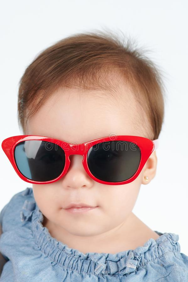 Bambina sveglia in occhiali da sole fotografie stock