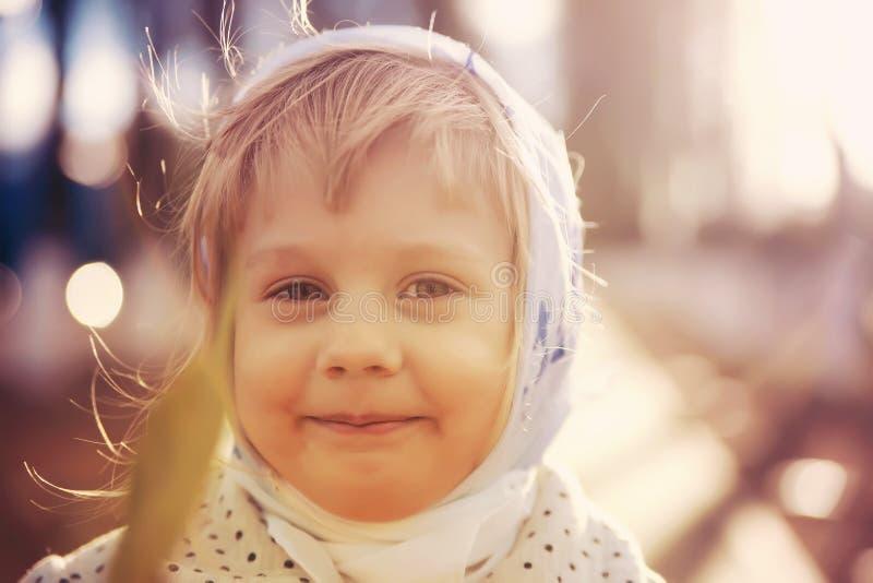 Bambina sveglia in sciarpa immagini stock libere da diritti