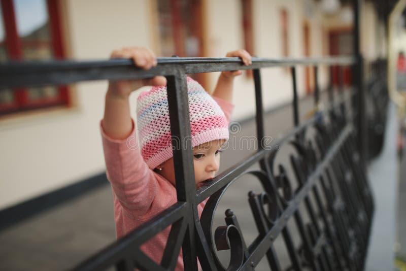 Bambina sveglia sul balcone immagine stock libera da diritti