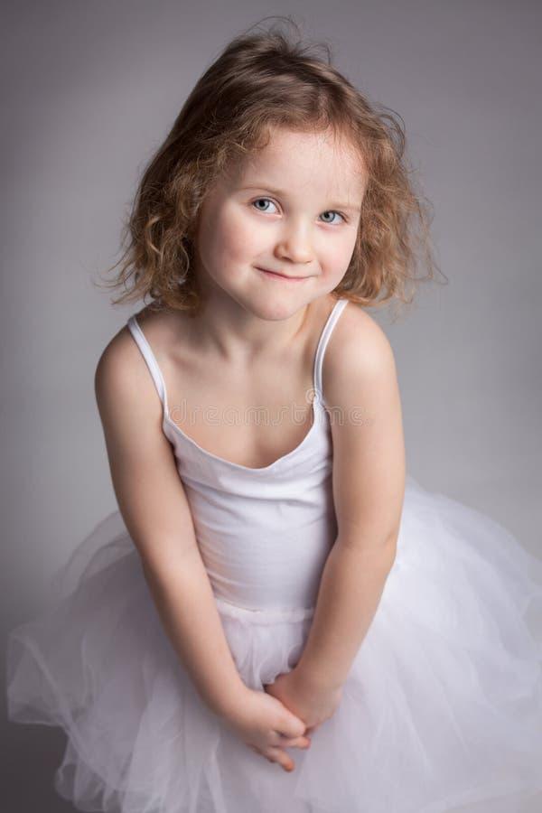 Bambina sveglia in un vestito da balletto fotografia stock