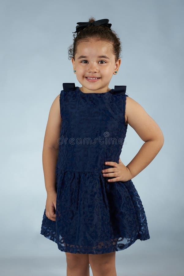 Bambina sveglia in vestito blu immagini stock