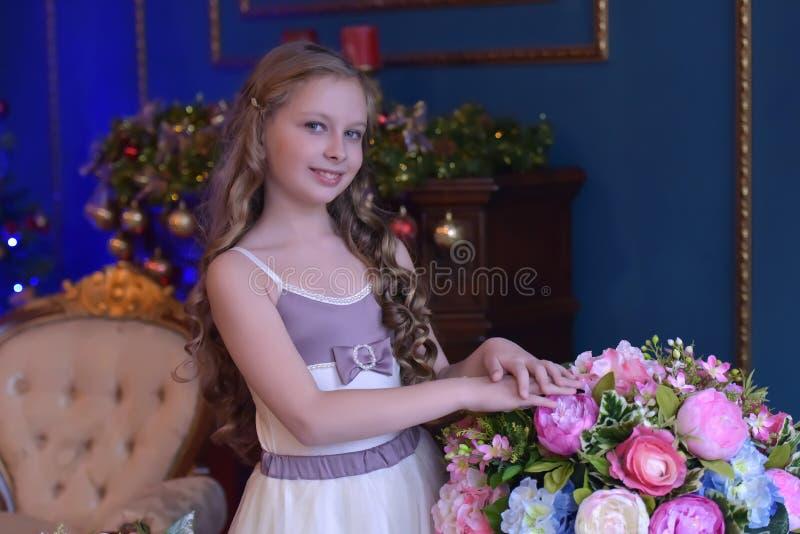 Bambina sveglia in vestito da principessa immagini stock libere da diritti