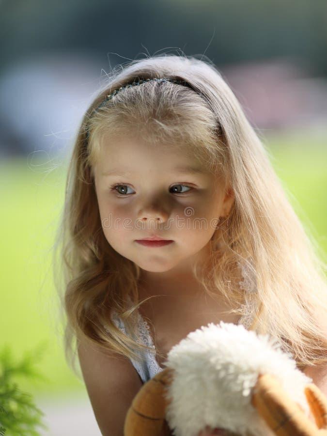 Bambina triste bionda immagini stock