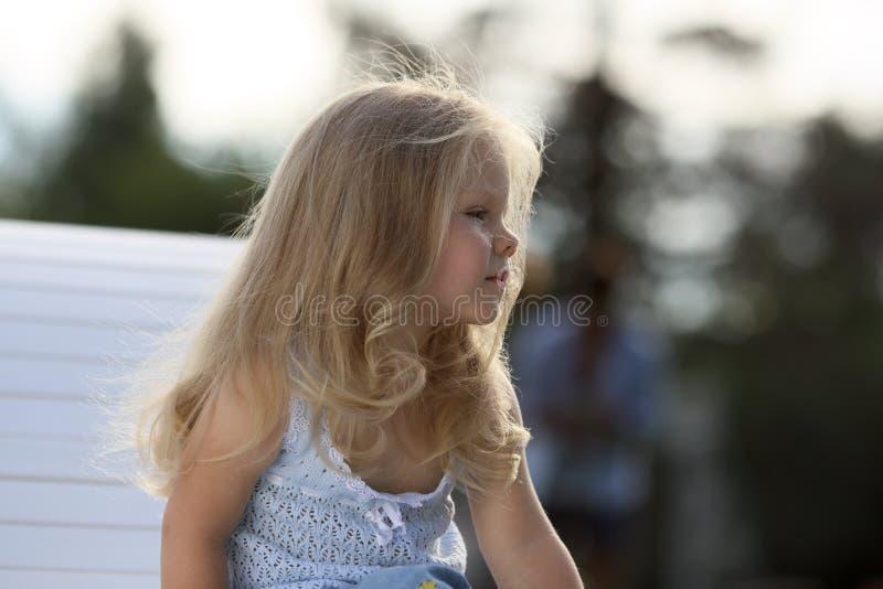Bambina triste bionda fotografia stock
