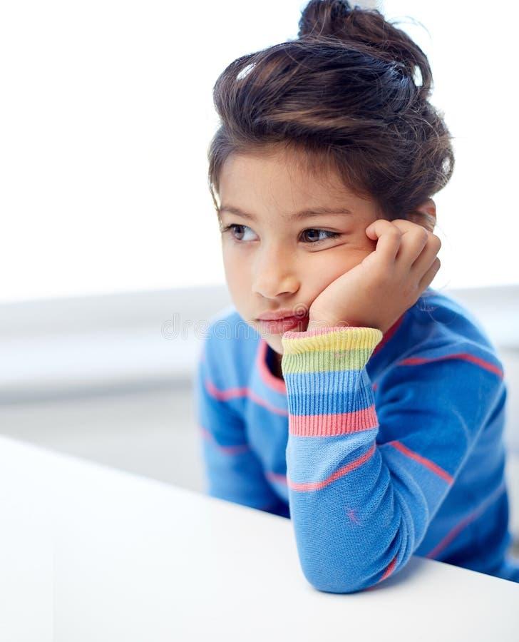 Bambina triste a casa o scuola fotografia stock