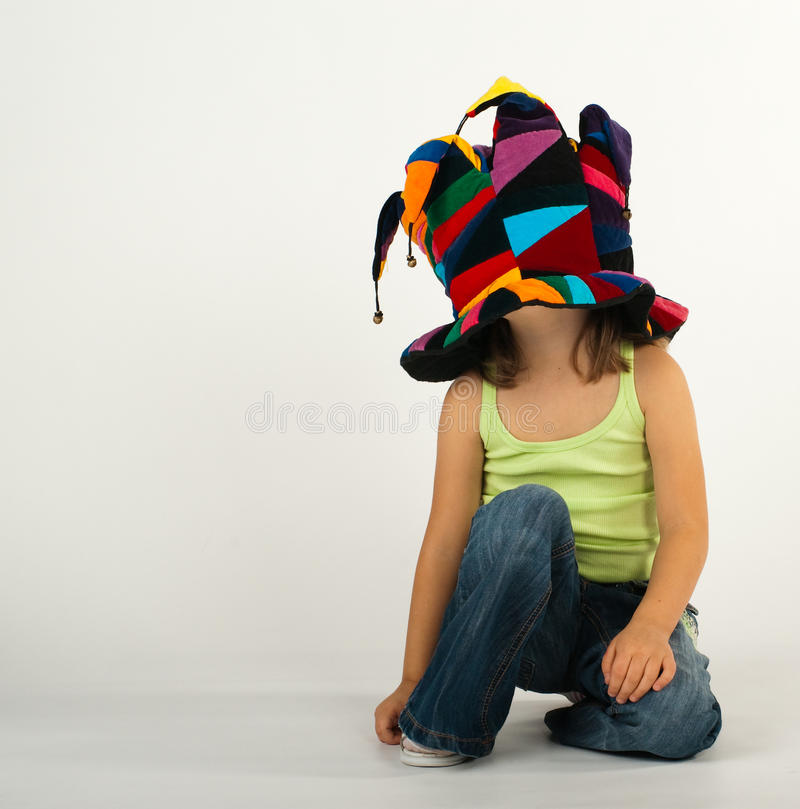 Bambina in un cappello divertente immagini stock libere da diritti